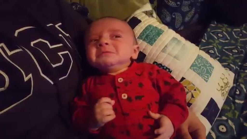 泣きまくっている赤ちゃんに「ダース・ベイダーのテーマ」を聞かせると、、?!
