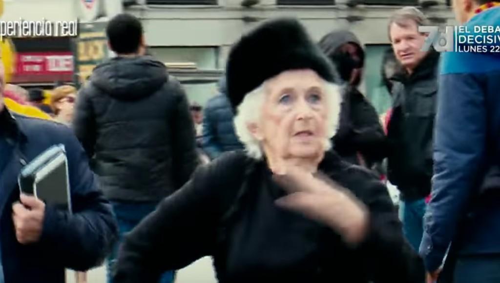 杖をついた高齢のおばあさんがダンスのパートナーに名乗り出た!次の瞬間、観客たち驚愕!!