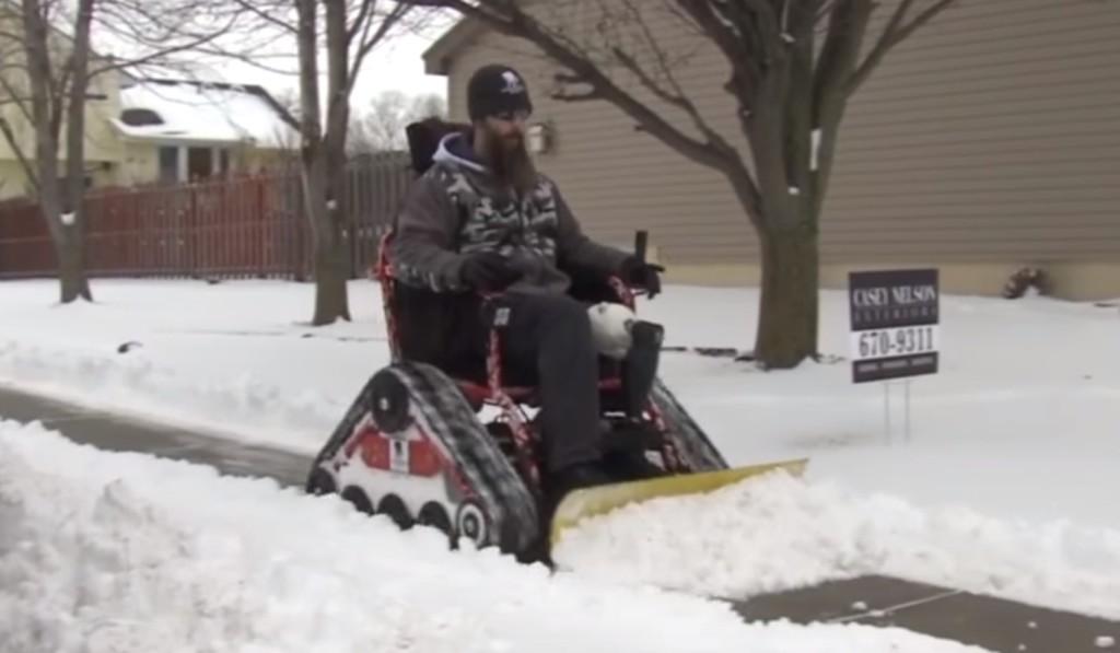 「退役軍人を励ましたい」イラク戦争で足を失った退役軍人が開発した除雪機車イスが凄い!!