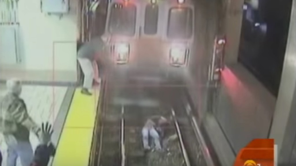 【感動】電車がホームに入る直前に転落した女性!しかし、客たちの機転でギリギリセーフ!!