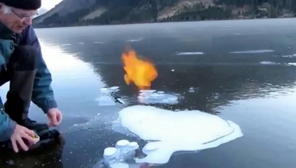 凍った湖に穴開けてると思いきや、火を点けた!その後まさか、、