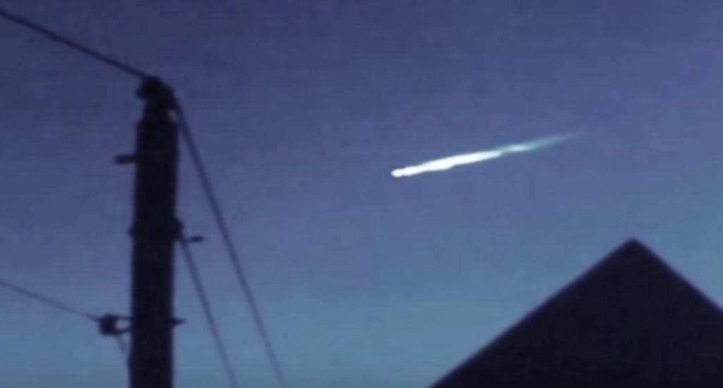 カリフォルニア上空に光る謎の物体!中からUFOが飛び出る!!