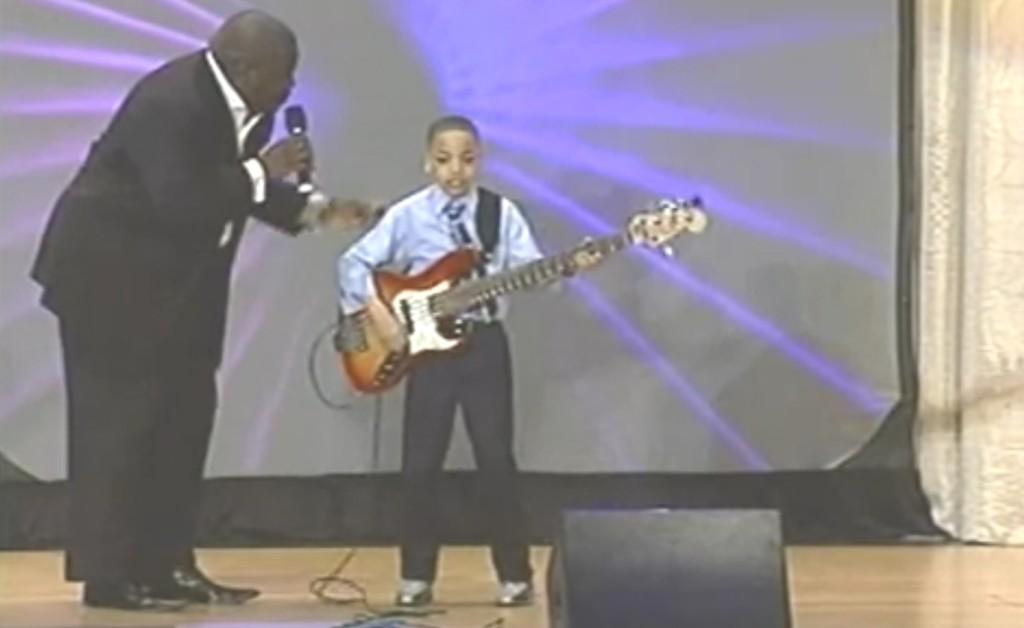 【天才】10歳の天才少年が演奏するベースが凄すぎる!!!