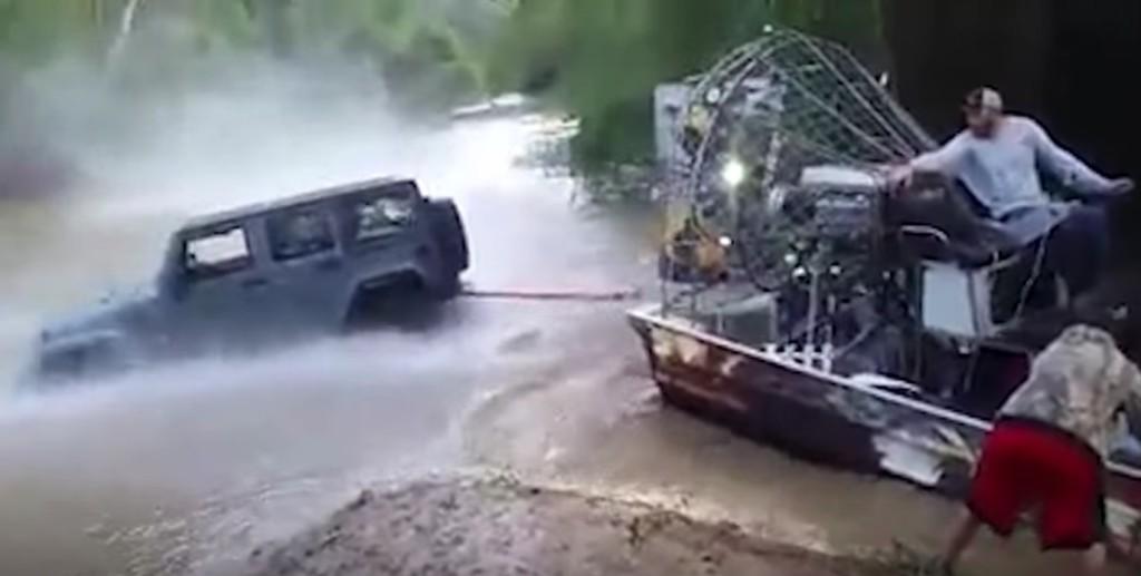 沼地でスタックしたジープが「エアボート」によって救出!予想以上の推進力にびっくり!!