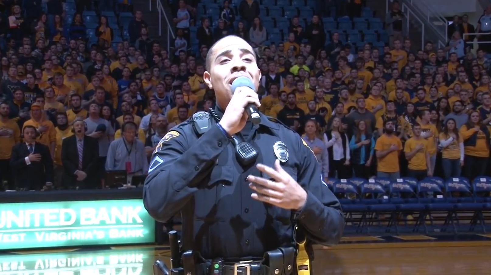 バスケの試合で歌手が急遽欠席!代役に選ばれたのはなんと警備員!あまりの美声に大歓声!!