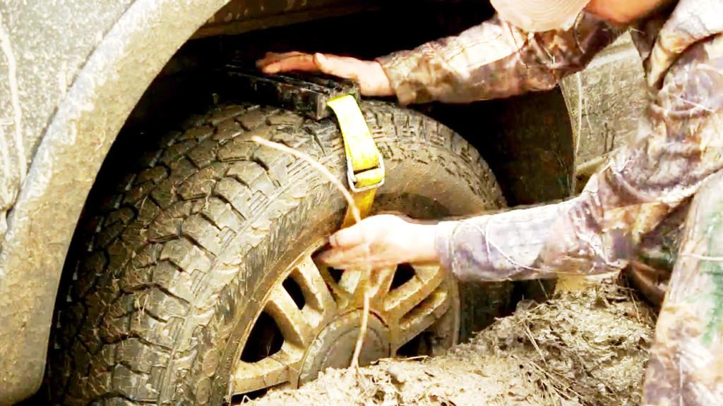 ベルトでタイヤに付けるだけ!立ち往生した車を助けるガジェットが良い感じ!!