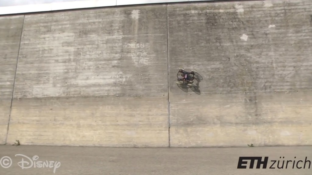 まるで魔法!垂直な壁を自由に走り回れる4輪車ロボットが凄い!!