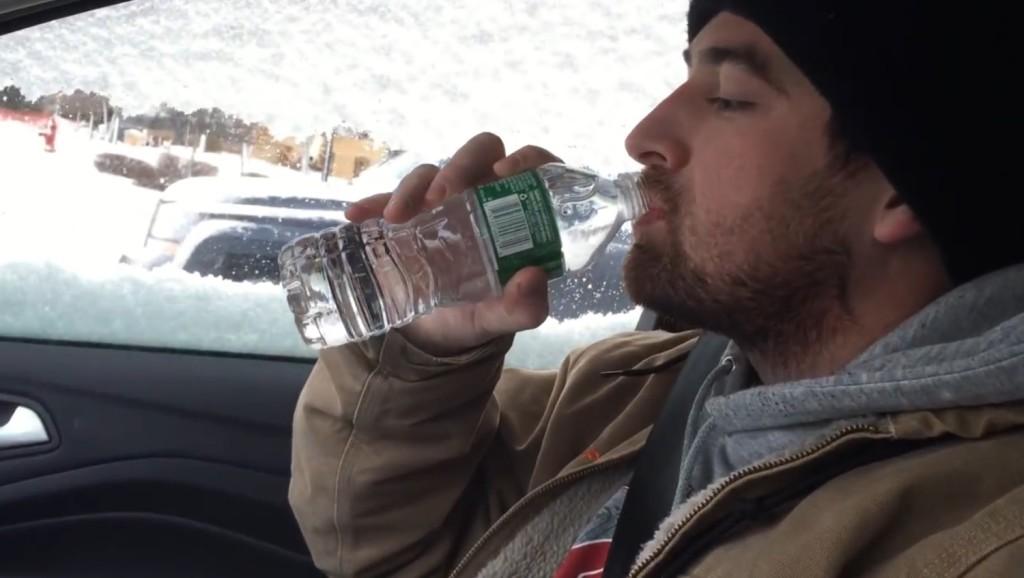 極寒の地でペットボトルの水を飲もうとしたら、凄い現象が起こった!!!