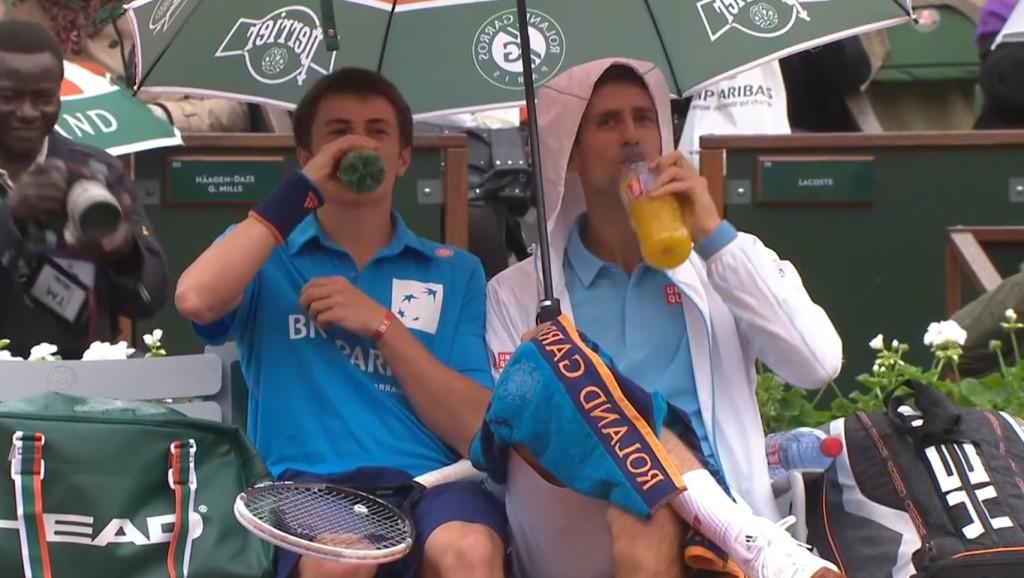【テニス】世界ランク1位のジョコビッチ選手が試合中テニスボーイへの粋な計らい!会場大盛り上がり!!