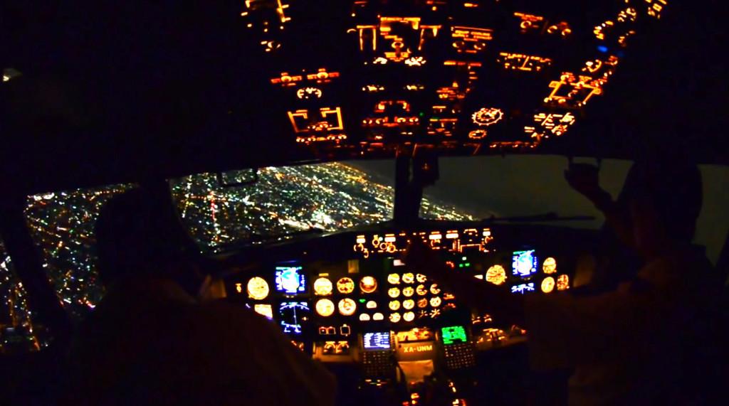 【絶景】旅客機の操縦席から見える夜景がすばらしい!!