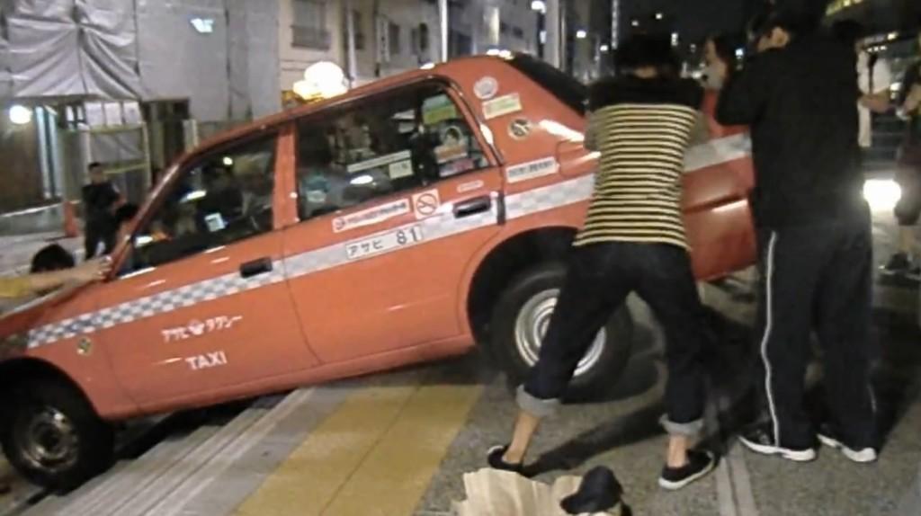 どうしてこうなった?階段でハマったタクシーを若者たちが救助!しかし、、