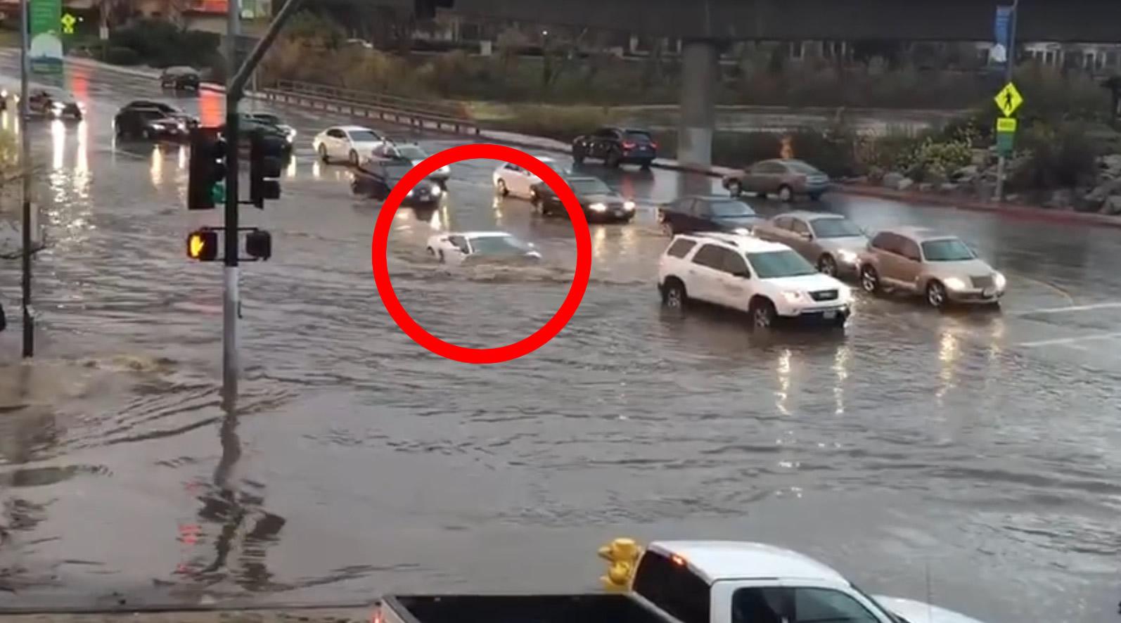 大雨の後、無茶すぎるランボルギーニが撮影され話題に!!