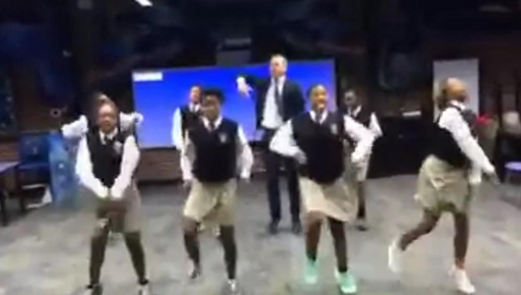 こんな先生サイコー!校長先生が生徒とキレキレダンスする動画が話題に!!