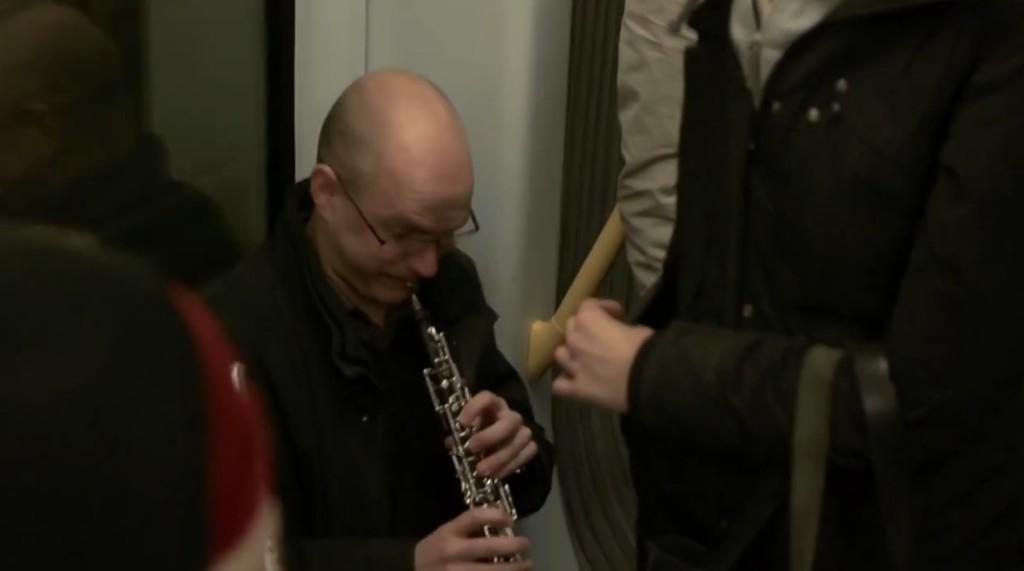 電車の中でオーケストラが突然演奏開始!爽やかな音色に乗客大満足!!