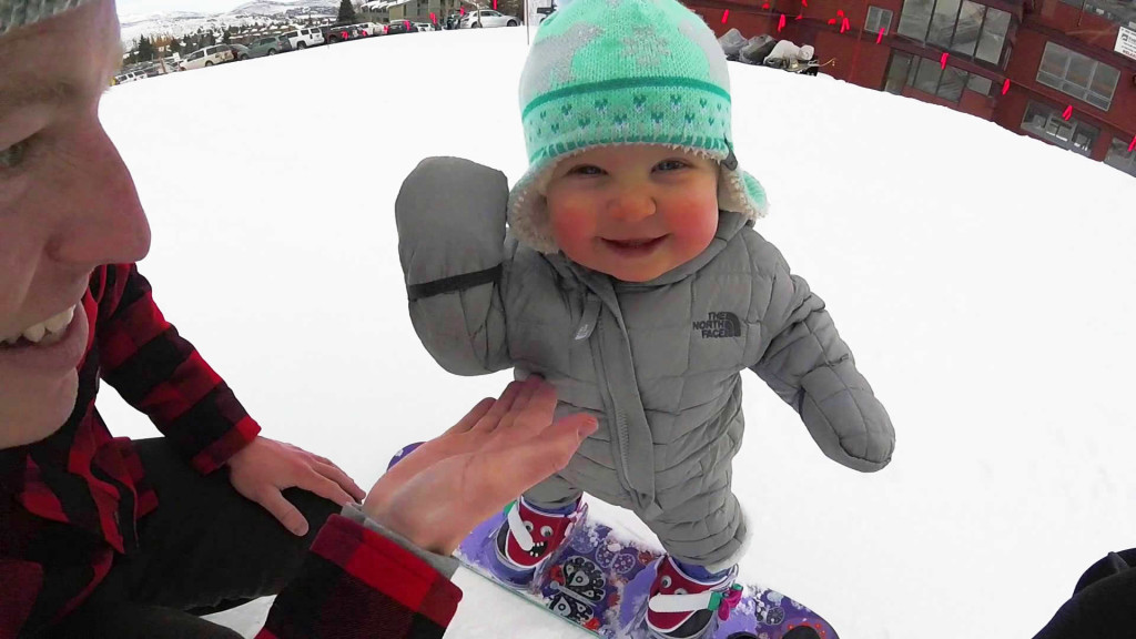 スノーボードでスイスイ滑る、バランス感覚が絶妙な1歳の赤ちゃん!!