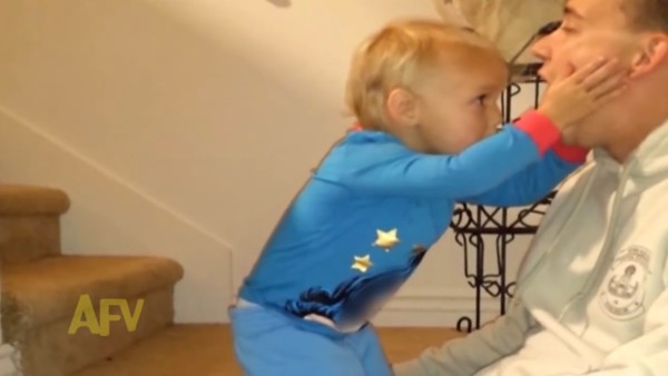 「食べちゃったの?!」パパのマジックに驚く赤ちゃんが可愛すぎるwwwwwwww