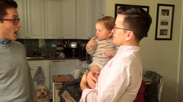 本物はどっち?パパの双子に会った赤ちゃんの反応が可愛い!