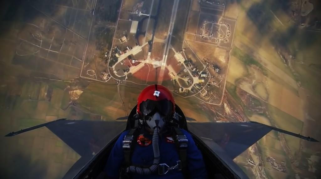 わずか数秒で雲の上!息を飲むスピードで急上昇するF-16が凄い!!