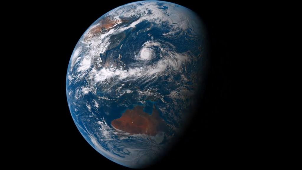 静止衛星「ひまわり8号」が撮影した地球。昼と夜のコントラストが美しい。