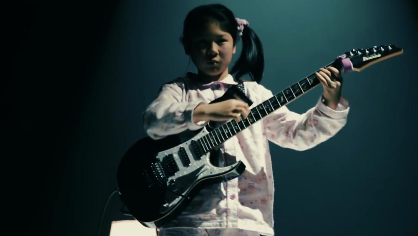 世界で絶賛された11歳の日本人天才ギター少女がさらに進化!「子守唄」を爆演!!