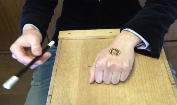 子供に見せたら喜びそう!手を開いたままコインが瞬間移動するマジック(種明かしあり)!!