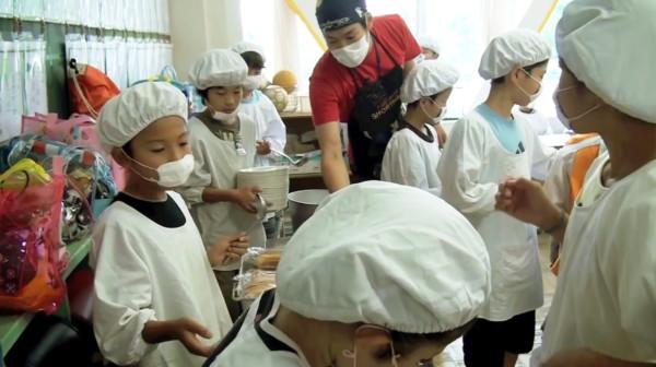 日本の「給食」が最高の教育だと海外で大絶賛!「日本のランチはただ食べるだけではない」