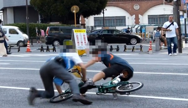 体当たりはやりすぎ?歩行者天国に侵入した自転車と監視員のバトル