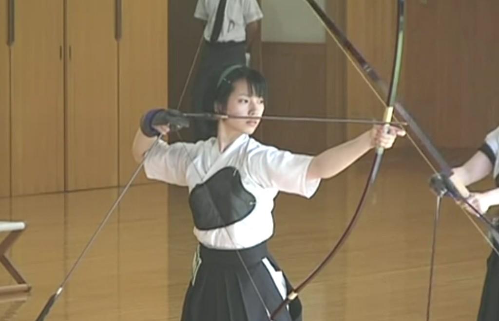 凛とした佇まいの日本女性が無心で弓を放つ。ただそれだけで美しい。