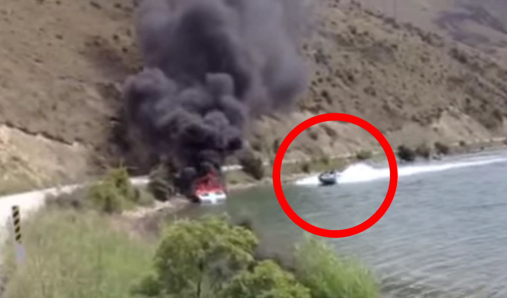 【神業】驚きの方法で消火活動するボート!操縦テクニックが凄い!!