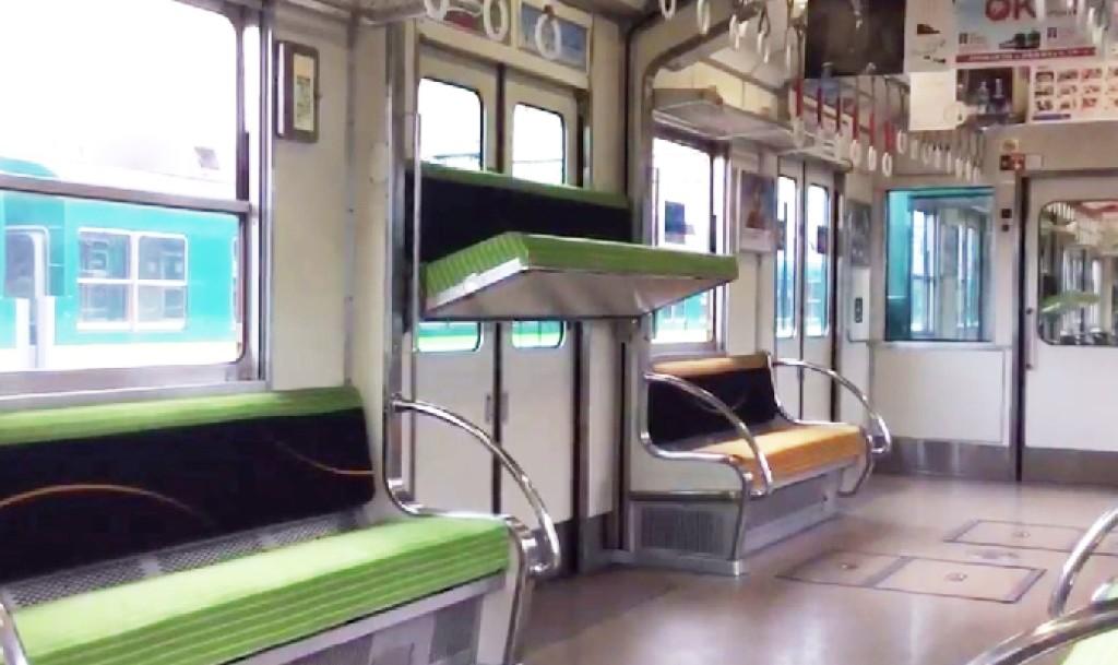 天井から座席が降りてきた!混雑が激減した「京阪電車」の機能に目を疑う!!