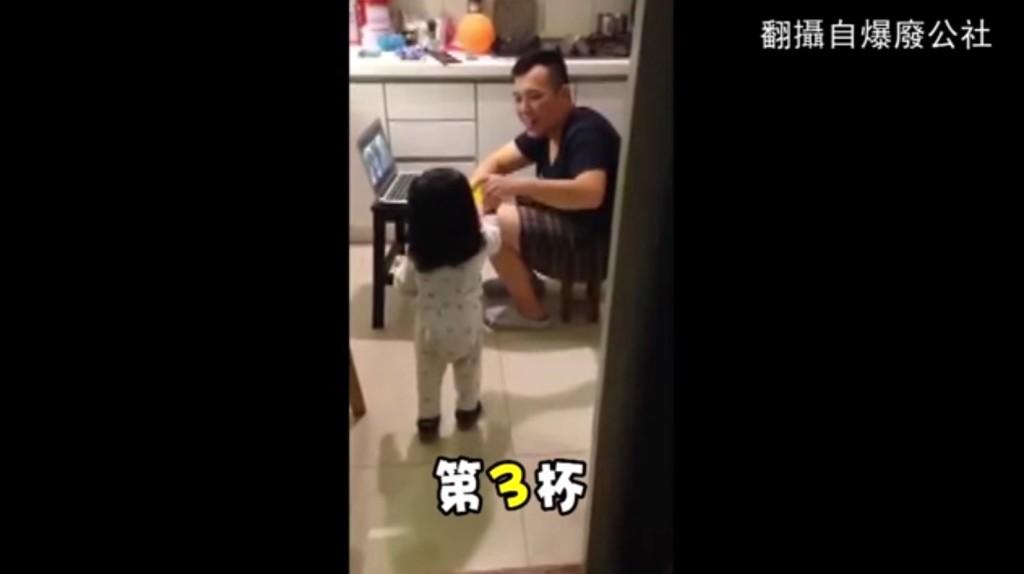 【爆笑】パパに水を運んできてくれる優しい娘。しかし、水を汲んでいる場所を見たパパ顔面蒼白wwwwwwwww
