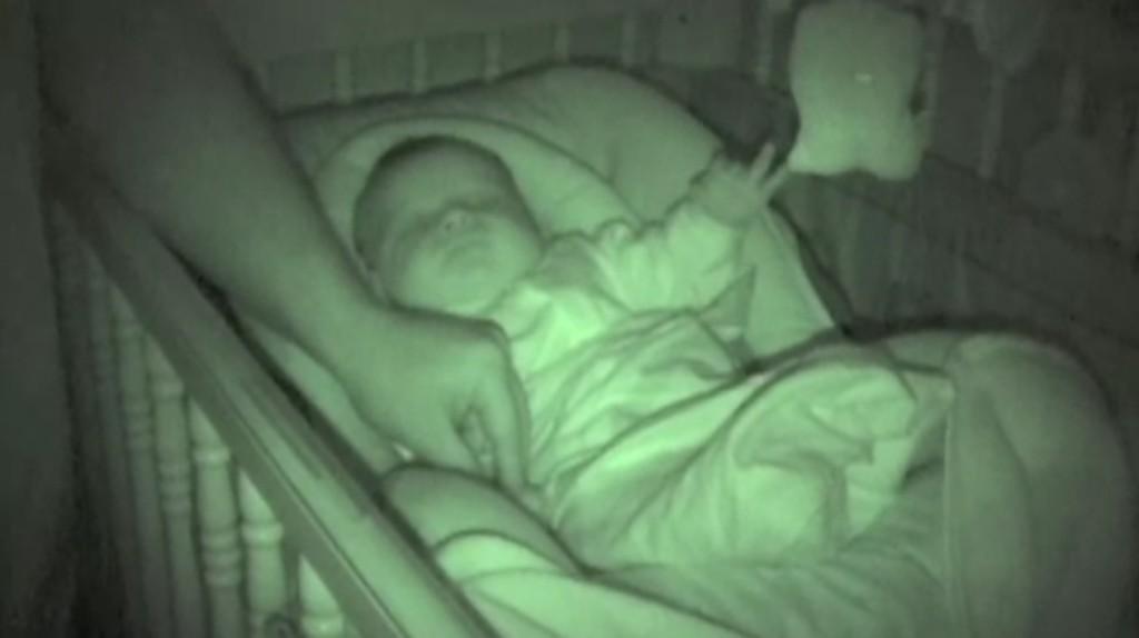 赤ちゃんの寝姿を見に行った両親が、カメラを取りに戻らざるを得なかった理由ww