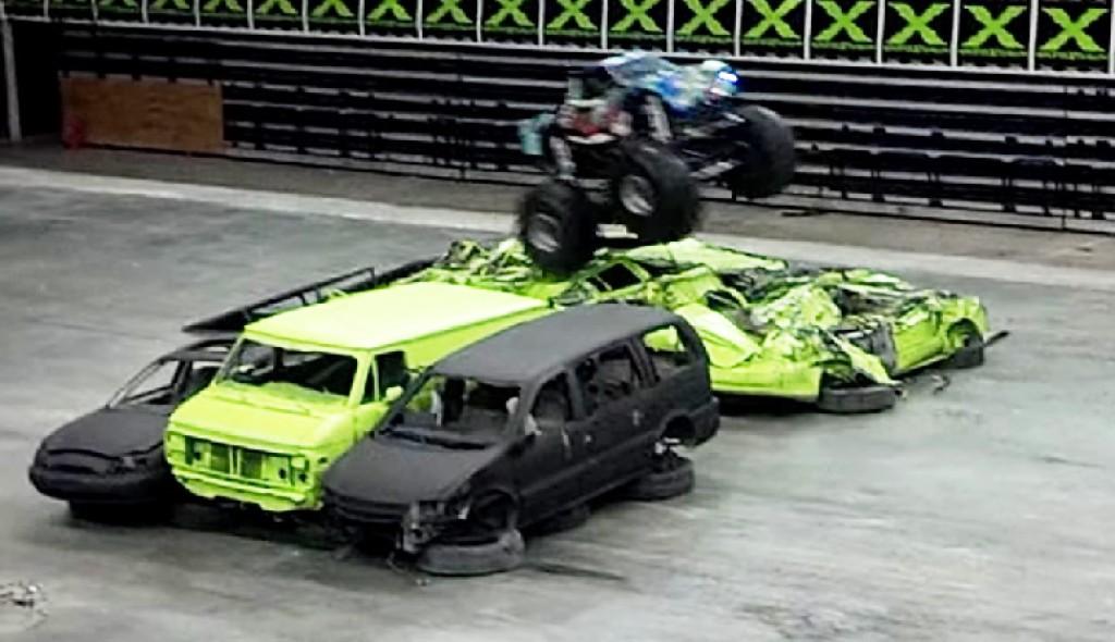 【天才】会場を爆走する一台の小さなモンスタートラック。乗っていたのはなんと、、!!