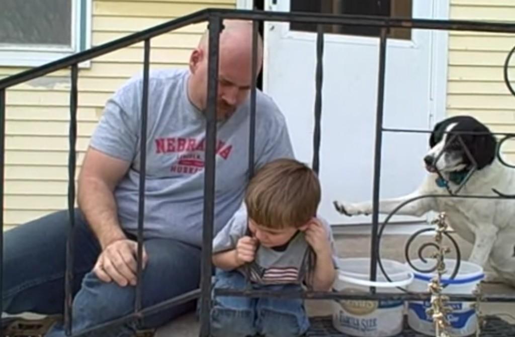 どうやったか分かる?頑丈な柵に頭が挟まってしまった少年、まさかの方法で助かる!!