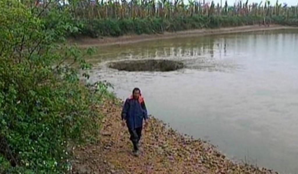 【ミステリー】中国で25トンの魚と池の水が巨大穴に吸い込まれて消え去る!!