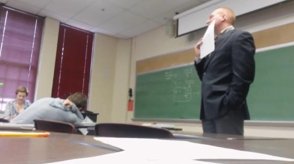 授業中に携帯が鳴った罰はスピーカーフォンで話すこと。しかし、予想外の重い内容に先生は凍りついた。。「もう止めていいから、、」
