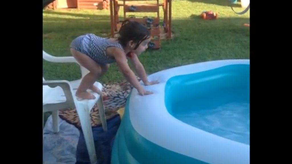 プールに前転で入ろうとした女の子、まさかの転回に爆笑wwwwwww