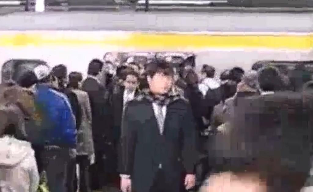 外国人がびっくりした日本のラッシュ時の乗降マナー。メキシコと比較した映像!!