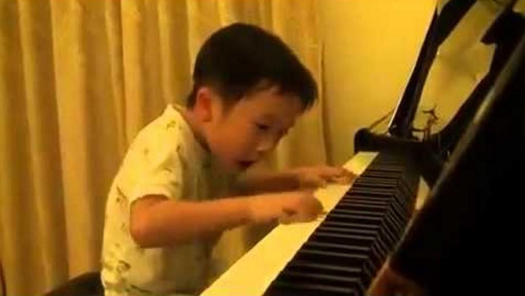 【天才】4歳の少年がピアノを弾き始めると表情が一変!圧倒的な演奏力に鳥肌!!