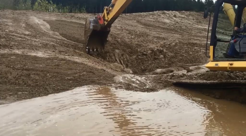 工事の映像かと思ったら、泥の中から出てきた「モノ」にびっくり!!