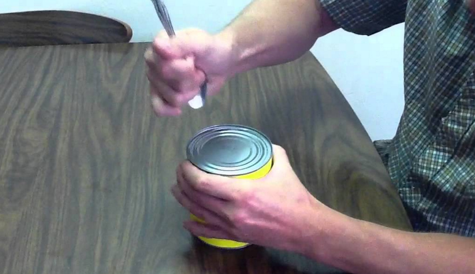 非常時に役立つ、スプーンや石で缶詰を開ける方法