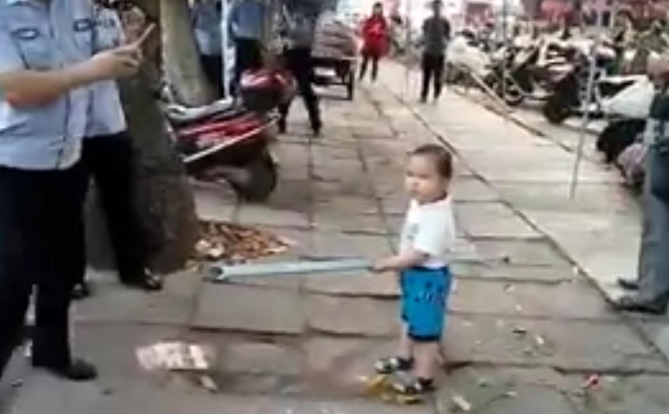 鉄棒を振り回し、凄い剣幕で怒る小さな少年。しかし、その理由を知って感動した。。