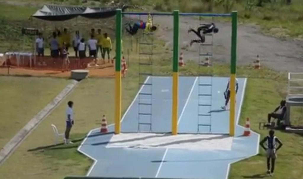 【神業】ブラジル軍の障害物競走、身体能力高すぎびびった、、