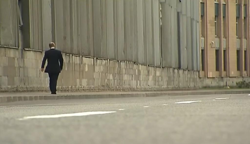 プーチン大統領の人間らしさが垣間見れるレアな場面。柔道師匠の葬儀の後「1人になりたい」と告げ、SPを振り切り思い出の道を歩く