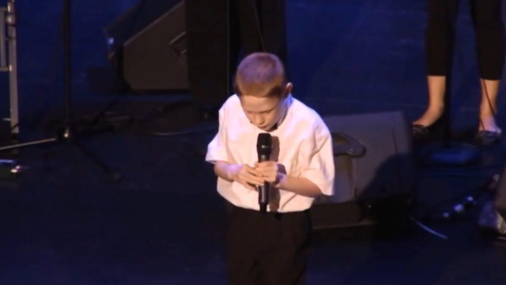 【鳥肌】生まれつき盲目で自閉症の少年。彼が口を開いた瞬間、あまりに透き通った歌声に鳥肌が立つ!