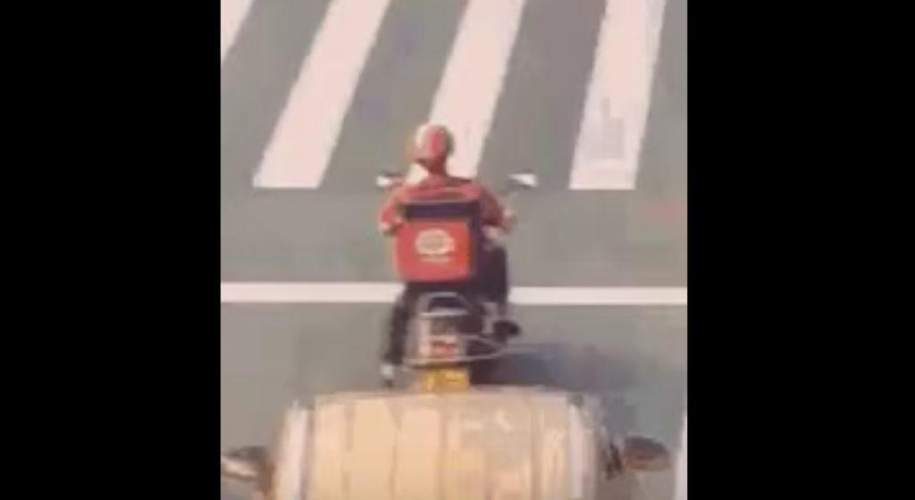 【神回避】ジャッキー・チェンかよ!後ろから突っ込まれたライダーが半端ない身体能力で回避!!