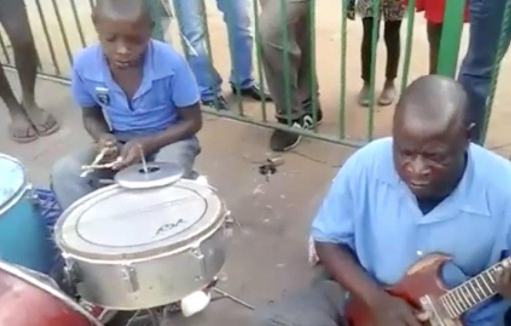 この2人ハンパない。。!路上で見せてくれたドラム少年とギターお兄さんのグルーヴがやばい!!