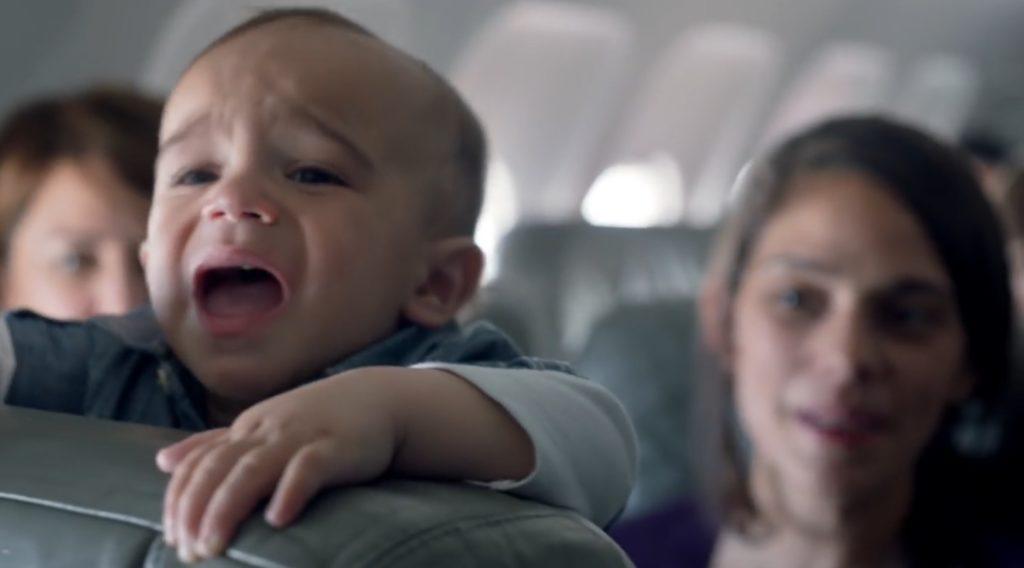 赤ちゃんが1人泣いたら乗客全員チケット代25%OFF!「4人で無料」をかけた心温まるフライト!!