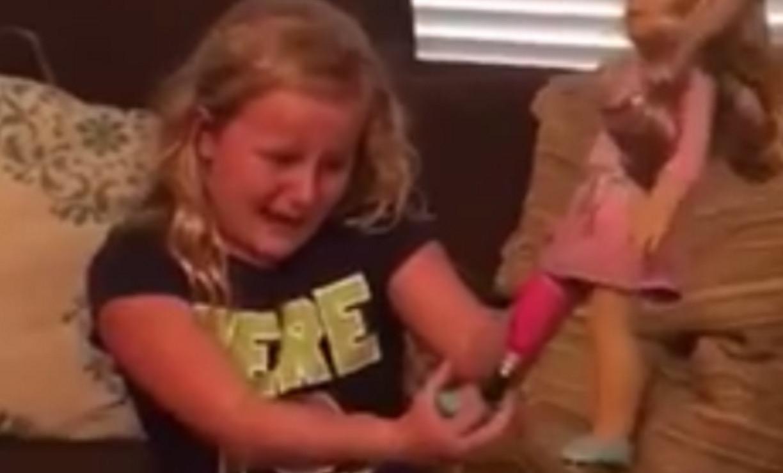 【感動】人形をプレゼントされた少女。あることに気づいた彼女は号泣する。。