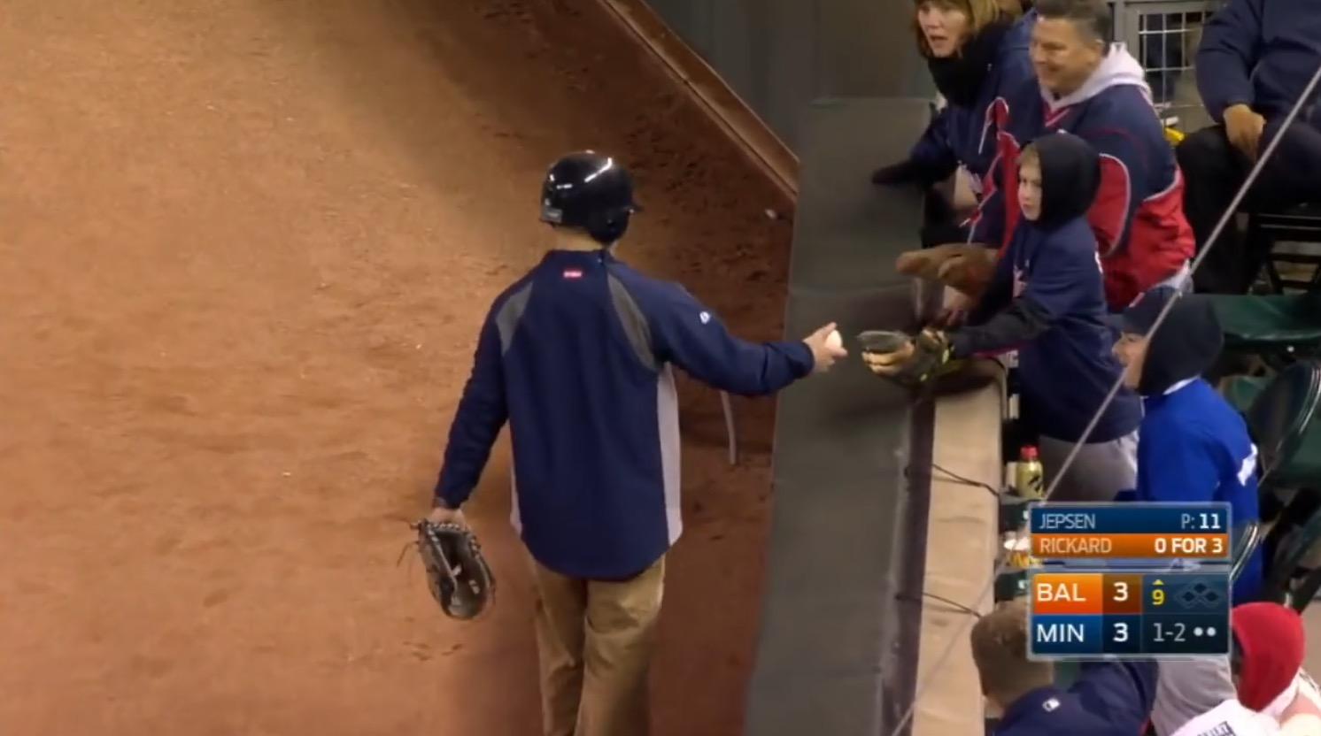 打球が観客席の子どもに当たりそうに!「危ない!」と思ったその時、ボールボーイがナイスプレイで観客拍手喝采!!